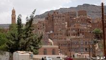 ARCHIV - Das Bergdorf Dhudhan in der nordjemenitischen Provinz Amran (Archivfoto vom 21.06.2009). Zwei Kinder der im Jemen entführten Familie aus Sachsen sind frei. Die saudische Nachrichtenagentur SPA meldete am Dienstag (18.05.2010), saudische Sicherheitskräfte hätten die Kinder an der Grenze zwischen dem Jemen und Saudi-Arabien in Empfang genommen. Von einer Befreiungsaktion war nicht die Rede. Foto: Yahya Arhab (zu dpa 0083 vom 18.05.2010) +++(c) dpa - Bildfunk+++