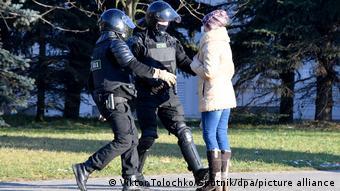 Омоновцы задерживают молодую женщину в Минске 6 декабря