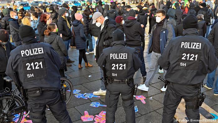 Mehrere hundert Demonstranten protestierten am Samstag, 5. Dezember 2020, gegen sogenannte Querdenker