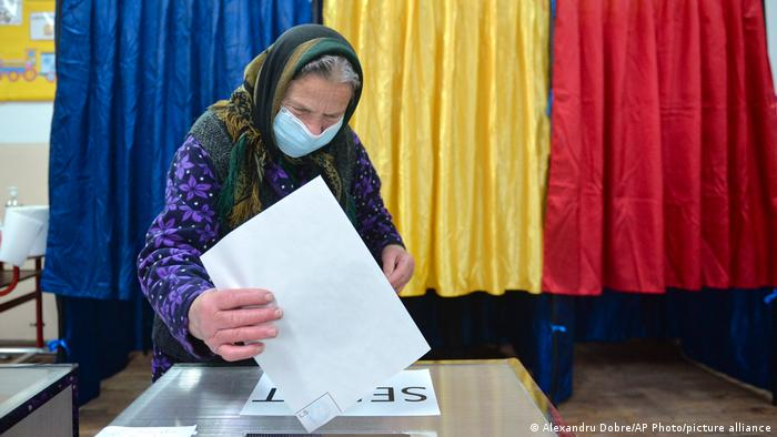Женщина голосует на выборах в Румынии