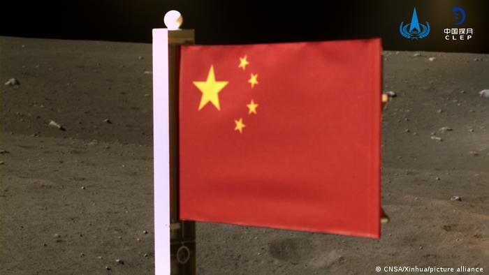 Chinas rote Flagge auf dem Mond gehisst