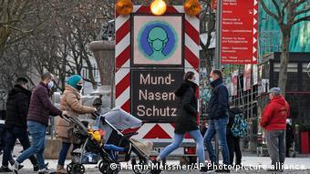 Электронное табло в Дортмунде, напоминающее о необходимости ношения защитной маски