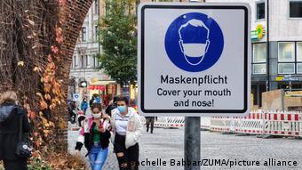 Прохожие в масках на улице Мюнхена