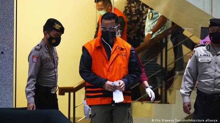 Mantan Menteri Sosial Juliari Batubara ditangkap KPK karena korupsi bantuan Covid-19