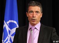 El Secretario General de la OTAN, Anders Fogh Rasmussen, dijo que era demasiado temprano para plantear la toma de control del espacio aéreo libio.