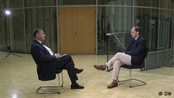 Александер Ламбсдорф во время интервью с Константином Эггертом (слева)