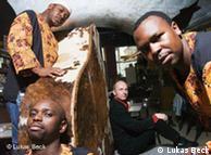 Pianist Roland Guggenbichler aus Österreich mit den Sängern Vusa Mkhaya Ndlovu, Blessings Nqo Nkomo und Ramadu aus Simbabwe (Foto: Lukas Beck)
