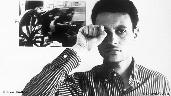 Mann mit einer Hand vor dem rechten Auge blickt in Kamera - Szene aus Jean-Luc Godards Der kleine Soldat (Foto: Kinowelt/Arthaus)