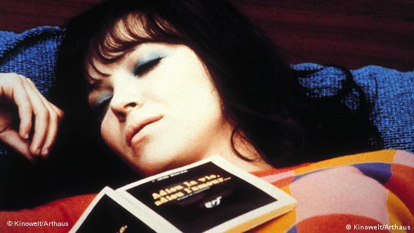 Frau schlafend mit Buch auf der Brust - Filmszene aus Jean-Luc Godards Made in USA (Foto: Kinowelt/Arthaus)