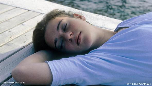 Frau schlafend von oben - Filmszene aus Jean-Luc Godards Vorname Carmen (Foto: Kinowelt/Arthaus)