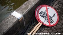 07.07.2018, Baden-Württemberg, Kornwestheim: Zwei Plakate, die eine durchgestrichene Moschee zeigen, liegen bei einer Demonstration der AfD auf dem Boden. Knapp 100 Personen nahmen an der Demonstration gegen den Neubau einer Moschee teil. Ebenfalls etwa 100 Personen beteiligten sich an einer Kundgebung, die sich gegen die Demonstration richtete. Foto: Marijan Murat/dpa