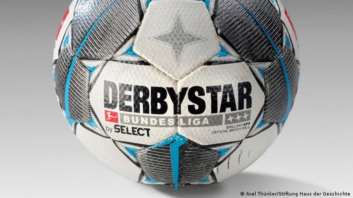 Ein Lederfußball mit der Aufschrift Derbystar