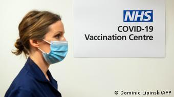 Сотрудница Центра по вакцинации Минздрава Великобритании