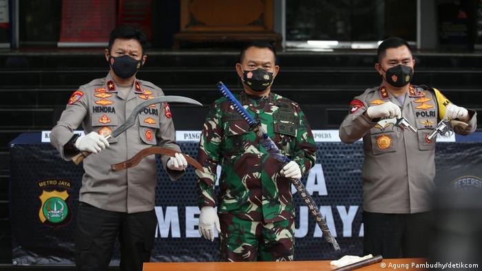 Kapolda Metro Jaya Irjen Fadil Imran (kanan) dan Pangdam Jaya Mayjen Dudung (tengah) menunjukkan senjata sebagai bagian dari bukti dugaan penyerangan terhadap anggota kepolisian. Foto diambil di Polda Metro Jaya (07/12).