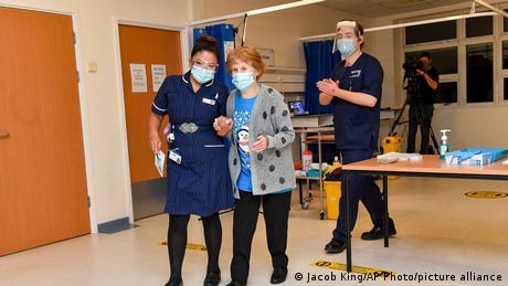 Margaret Keenan, de 90 años, fue la primera persona en el Reino Unido y el mundo en recibir la vacuna contra el COVID-19 desarrollada por la farmacéutica estadounidense Pfizer y su socio alemán BioNTech. Keenan, fue filmada y fotografiada mientras se le administró la vacuna -en torno a las 6.30 GMT- en el Hospital Universitario de Coventry, en el centro de Inglaterra. (08.12.2020)