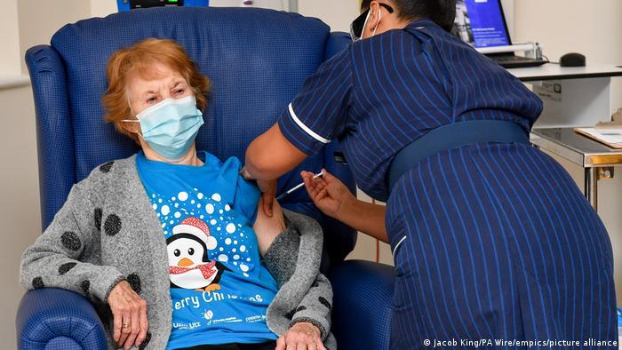 Idosa recebe vacina em hospital no Reino Unido