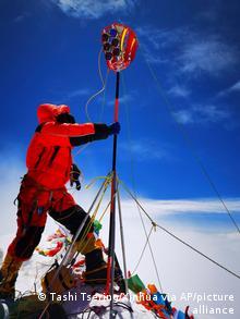 Китайские топографы делают замеры на Эвересте