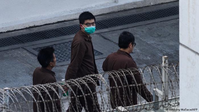 Demokratie-Aktivist Joshua Wong hinter Stacheldraht