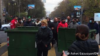 Протестующие перекрывают улицы в центре Еревана, 8 декабря 2020 г.