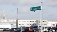 Deutschland Berlin Tesla Straße Schild