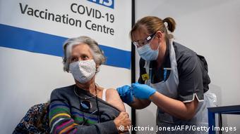 В центре вакцинации в Лондоне