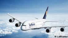 Quelle: Lufthansa Bilder frei zur redaktionellen Verwendung bei Angabe der Quelle/eingestellt Mai 2010 Lufthansa Airbus A380 Flug *** Wikipedia: Der Airbus A380 (umgangssprachlich auch Superjumbo als Steigerung von Jumbo-Jet, Airbus-interner Projektname Megaliner) ist ein vierstrahliges Großraumflugzeug des europäischen Flugzeugherstellers Airbus S. A. S. mit zwei durchgängigen Passagierdecks. Der Tiefdecker ist das größte zivile Verkehrsflugzeug, das bisher in Serienfertigung produziert wurde. Während der Konzeptionsphase wurde das Flugzeug als Airbus A3XX bezeichnet. Die Endmontage des Flugzeugs findet in Toulouse und die Kabinenausrüstung in Hamburg-Finkenwerder statt.