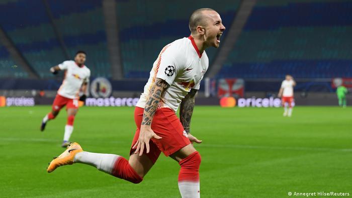 الظهير الأيسر لفريق لايبتسيغ أنخيلينيو يحتفل بتسجيله الهدف الأول لفريقه في مرمى مانشستر يونايتد