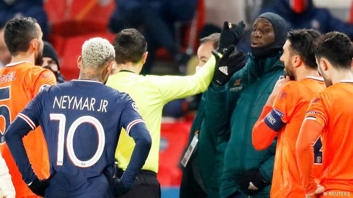 UEFA Şampiyonlar Ligi'nde oynanan Paris Saint Germain-Medipol Başakşehir maçı, dördüncü hakemin Başakşehir'in Kamerunlu yardımcı antrenörü Pierre Webo'ya yönelik ırkçı sözleri nedeniyle 14'üncü dakikada durmuş ve tüm futbolcular Rumen dördüncü hakem Sebastian Colţescu'yu protesto ederek soyunma odasına gitmişti.