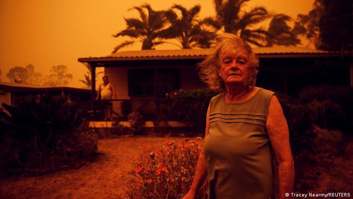 Nancy y Brian Allen frente a su casa, en medio de los incendios en Nueva Gales del Sur, Australia.