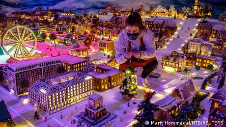 Minijaturni Grad medenjaka – to je božićna tradicija u Norveškoj. U gradu Bergenu i ove godine posetioci mogu da vide minijaturne kuće, vozove, automobile i brodove. Sve od medenjaka. Jedino što moraju da nose masku i drže distancu.