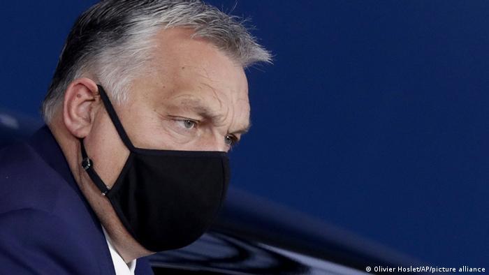 Viktor Orbán usando máscara preta