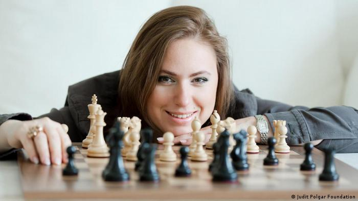 Enxadrista Judit Polgár atrás de tabuleiro de xadrez