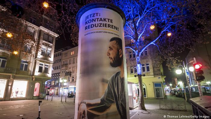 Afiş care solicită reducerea contactelor sociale la Mannheim