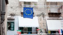 Italien Eine EU-Flagge im spanischen Viertel von Neapel