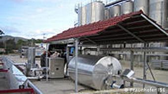 Silberfarbene Tanks und Rohre (Quelle: Fraunhofer ISE)