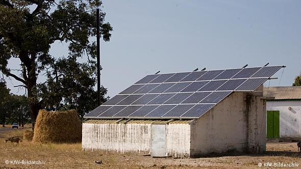 Solaranlage auf dem Dach einer einfachen Dorfhütte (Quelle: KfW-Bildarchiv)