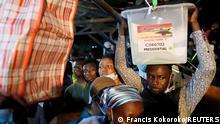 Ghana Wahl l Wahlhelfer mit Wahlurne, Accra