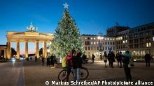 Deutschland Weihnachtsbeleuchtung am Brandenburger Tor