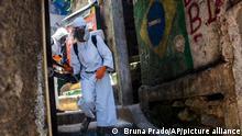 Brasilien Corona l Desinfektion im Slum von Rio de Janeiro