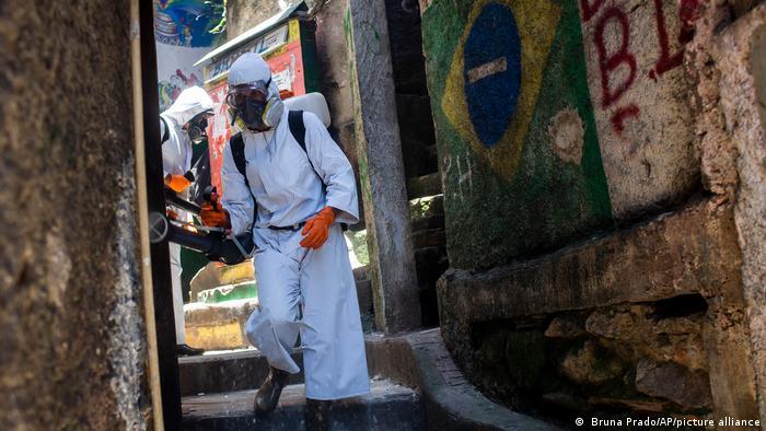 Funcionários da prefeitura do Rio desinfetam ruas de Santa Marta para conter covid-19
