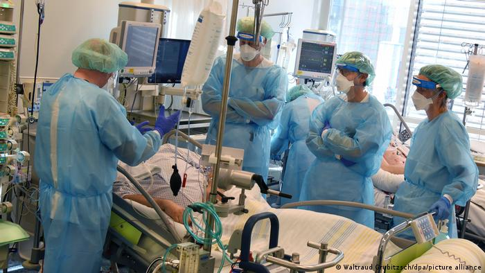 Personal médico atiende a un paciente en terapia intensiva en Leipzig.