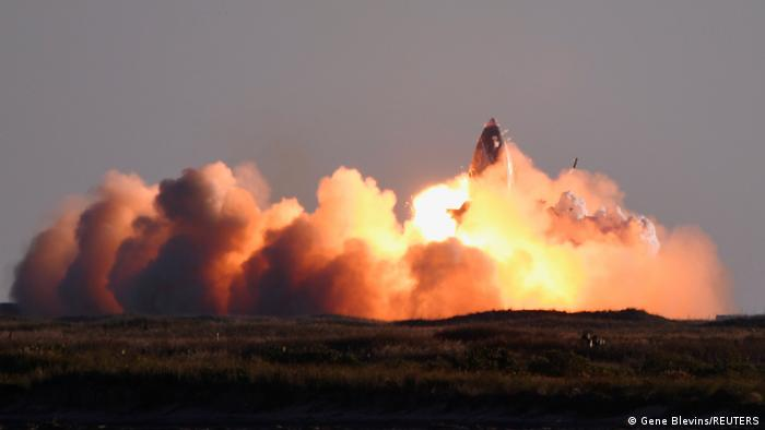 Момент вибуху прототипу корабля Starship компанії SpaceX під час посадки після випробувального польоту