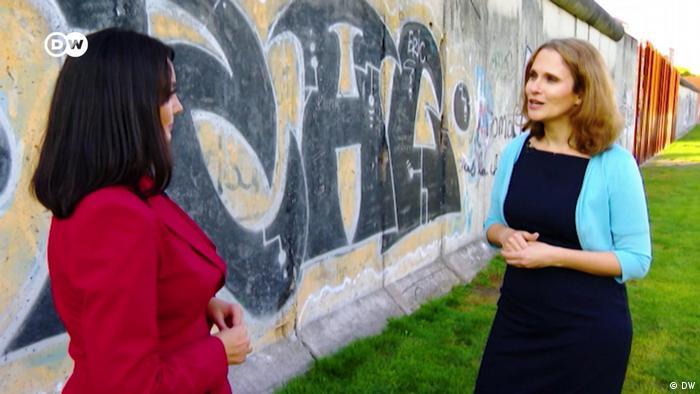 Maja Lasić (d) u razgovoru sa novinarkom DW Zoricom Ilić (l) na mestu gde još postoje ostaci Berlinskog zida