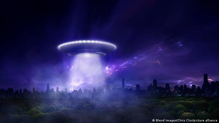 Alien Raumschiff Landung in staedtischem Park Montage