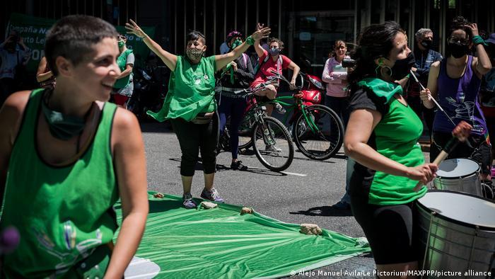 Foto de mujeres argentinas que se manifiestan a favor del aborto