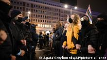 Demonstranten und Polizisten stehen sich bei einem Protest gegen die Verschärfung des Abtreibungsverbots gegenüber. Bei der Demonstration in Warschau hat die Polizei 20 Menschen festgenommen, davon 13 im Zusammenhang mit Straftaten.