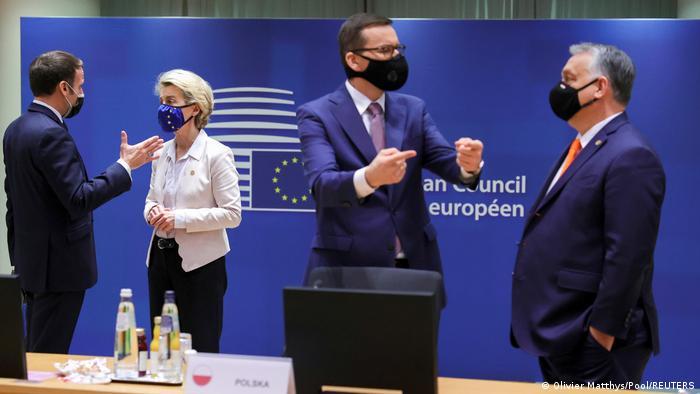 O presidente francês, Emmanuel Macron, conversa com a chefe da Comissão Europeia, Ursula von der Leyen, enquanto o primeiro-ministro polonês, Mateusz Morawiecki, fala com o premiê húngaro, Viktor Orbán