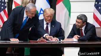 İsrail Başbakanı Netanyahu, eski ABD Başkanı Trump ve BAE Dışişleri Bakanı El Nahyan, Beyaz Saray'daki imza töreninde.