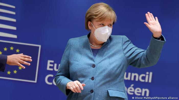 Kanselir Jerman Angela Merkel melambaikan tangan kepada para peserta KTT Uni Eropa di Brussels. (10/12/2020)