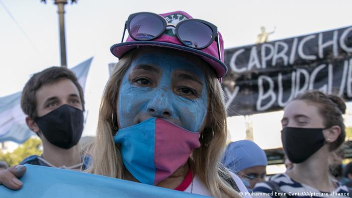 Foto de manifestante argentina contra el aborto